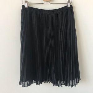 Elle black pleated skirt